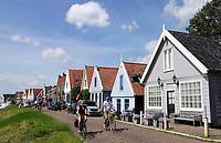 Nederland Durgerdam 2019. Man en vrouw fietsen langs dijkhuizen in Durgerdam. Foto Berlinda van Dam / Hollandse Hoogte