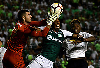 PALMIRA - COLOMBIA, 19-09-2018: Jhon Mosquera (Cent.) jugador de Deportivo Cali disputa el balón con Adrian Gabbarini (Izq.) y Edison Realpe (Der.) jugadores de Liga Deportiva Universitaria de Quito, durante partido entre Deportivo Cali (COL) y Liga Deportiva Universitaria de Quito (ECU), de los octavos de final, llave H, por la Copa Conmebol Sudamericana 2018, jugado en el estadio Deportivo Cali (Palmaseca) en la ciudad de Palmira. / Jhon Mosquera (C) player of Deportivo Cali vies for the ball with Adrian Gabbarini (L) and Edison Realpe (R) players of Liga Deportiva Universitaria de Quito, during a match between Deportivo Cali (COL) and Liga Deportiva Universitaria de Quito (ECU), of eighth finals, key H, for the Copa Conmebol Sudamericana 2018, at the Deportivo Cali (Palmaseca) stadium in Palmira city. Photo: VizzorImage  / Luis Ramirez / Staff.