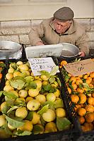 Europe/France/06/Alpes-Maritimes/Menton: Agriculteur vendant ses citrons de Menton sur le marché