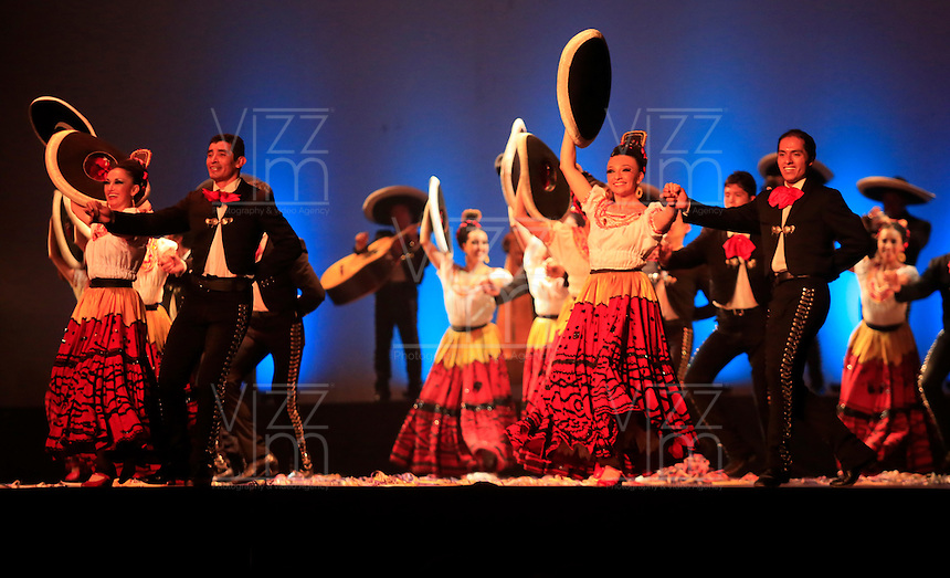 CALI -COLOMBIA-05-11-2013. El Ballet Folklórico de México de Amalia Hernández fue el encargado de abrir oficialmente la 1ª Bienal Internacional de Danza de Cali con con la participación de 54 artistas en escena entre bailarines y músicos, y nueve actos que le permitirán al espectador recorrer las tradiciones musicales y dancísticas de los pueblos mexicanos./ The Ballet Folklorico de Mexico of Amalia Hernandez was on hand to officially open the 1st International Dance Biennial Cali with the participation of 54 artist between dancers and musicians, and nine acts that will allow the audience to go into the music and dance traditions of the mexican people.  Photo: VizzorImage/Juan C. Quintero/STR