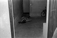 """Parking intérieur de l'immeuble au 33 rue de Bayard. 19 février 1976. Vue d'ensemble du corps du journaliste René Trouvé étendu sur le sol, sang sur le visage et sur le sol. Le journaliste vient d'être assassiné d'une balle dans la tête. Observation: Affaire René Trouvé-Birague : le 19 février 1976, le journaliste René Trouvé est assassiné d'une balle dans la tête, par deux inconnus, alors qu'il regagne son domicile au 33 rue Bayard. René Trouvé : cet ancien waffen SS condamné à mort à la libération est grâcié après 10 ans de réclusion criminelle. Caricaturiste et rédacteur, il collabore à différents titres d'extrême droite. Il arrive à Toulouse en 1962 et travaille pour quelques revues parisiennes. En 1973, après avoir collaboré à un hebdomadaire toulousain dont le docteur Birague était l'un des bailleurs de fonds, il multiplie dans l'hebdomadaire """"Le Meilleur"""" des chroniques dans lesquelles il prend violemment à partie des personnalités toulousaines dont le docteur Claude Birague. Au moment de son assassinat, il avait plusieurs procès en cours pour diffamation. Les deux assassins Christian Portay et José Picard sont arrêté au mois de juillet. Dans leurs déclarations, les deux hommes mettent en cause une personnalité toulousaine comme étant le commanditaire du meurtre : le docteur Claude Birague, ortho-rhino-laryngologiste réputé et chef de service au Centre régional anticancéreux (CRAC, hôpital de La Grave), consul honoraire de Monaco, ancien responsable toulousain du Comité de Défense de la République et président en 1969 du Comité de soutien à Georges Pompidou qu'il connaissait personnellement depuis leurs études au lycée d'Albi. Le docteur est à son tour inculpé pour complicité d'assassinat le 16 juillet."""