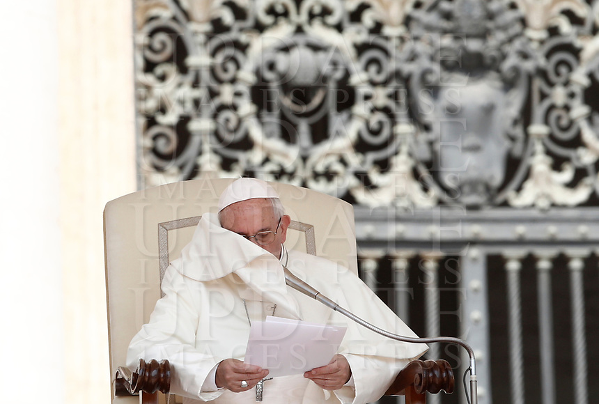 Papa Francesco tiene l'udienza generale del mercoledi' in Piazza San Pietro, Citta' del Vaticano, 14 giugno, 2017.<br /> Pope Francis leads his weekly general audience in St. Peter's Square at the Vatican, on June 14, 2017.<br /> UPDATE IMAGES PRESS/Isabella Bonotto<br /> STRICTLY ONLY FOR EDITORIAL USE