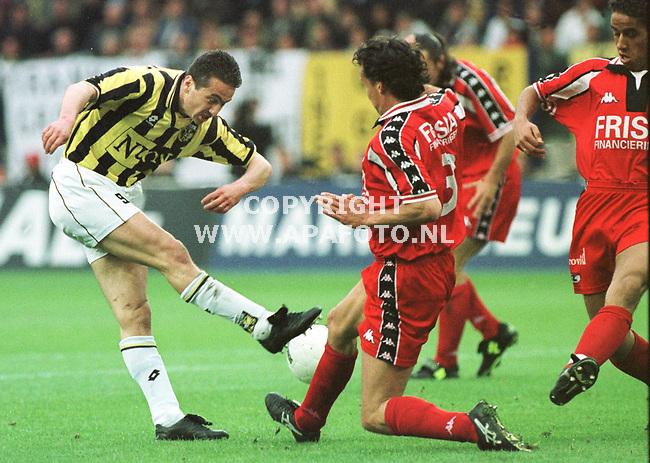 Arnhem,01-05-99  Foto:koos groenewold (APA)<br />Er is geen doorkomen aan.Ook tegen AZ wist Vitesse niet te scoren.