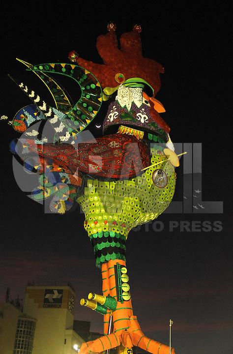 RECIFE-PE-05.02.2016- CARNAVAL-PE- O galo gigante, escultura assinada pelo artista plástico Sávio Araújo, já erguido e pronto, na Ponte Duarte Coelho, para o desfile do galo da madrugada, nesta sexta-feira,05.(Jean Nunes/Brazil Photo Press)