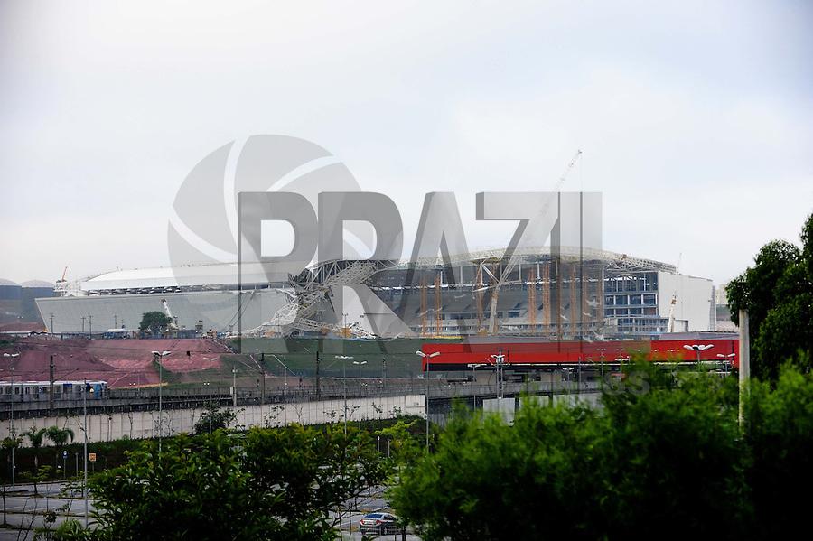 SAO PAULO, SP, 28.11.2013 - Movimentação no Estadio em Itaquera onde a Defesa Civil irá realizar  uma nova vistoria hoje no local apôs queda de parte da telhado. (Foto:Adriano Lima / Brazil Photo Press).