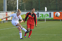 UEFA Women's Under 17 Championship - Second Qualifying round - group 1 : Belgium - England : .Leah Cathrine Williamson met de trap voor de toekijkende Lola Wajnblum.foto DAVID CATRY / Vrouwenteam.be
