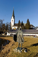 Katholische Kirche St.Johannes Baptist und Skulptur im Kurpark in Oberstdorf im Allgäu, Bayern, Deutschland<br /> Catholic church St. Johann Baptist and sculpture in the spa park  in Oberstdorf, Allgäu, Bavaria,  Germany
