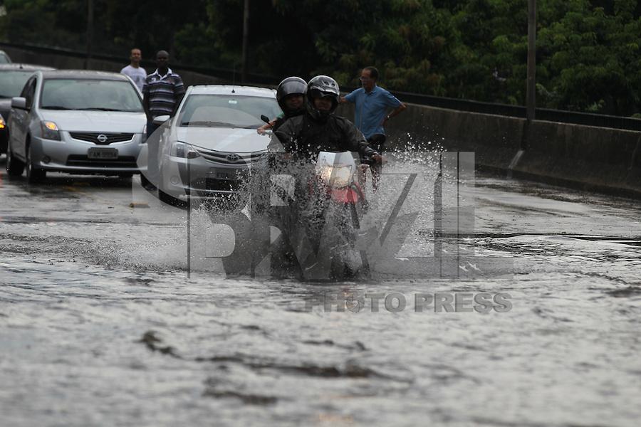 SAO PAULO, SP, 04-03-2014, ALAGAMENTO. Ponto de alagamento no Viaduto Bresser, no bairro da Mooca, devido as chuvas que cairam na tarde dessa terca-feira (4) na cidade de São Paulo.        Luiz Guarnieri/ Brazil Photo Press.