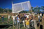 Missa no acampamento dos Sem Terra  em Mangueirinha, Paraná. 1994. Foto de Ricardo Azoury.