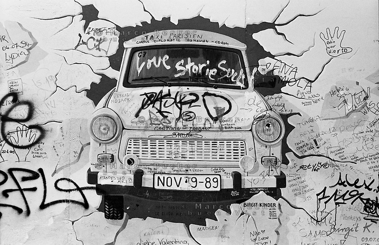 Berlino, resti del Muro (East Side Gallery). La Trabant che sfonda il muro --- Berlin, remains of the Wall (East Side Gallery). The Trabant that breaks through the wall