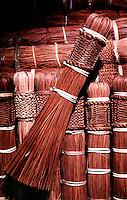 Vassoura artesanal produzida por Índios Werekena no alto rio Xié, com fibras de piaçaba(Leopoldínia píassaba Wall). A fibra, um dos principais produtos geradores de renda na região é coletada de forma rudimentar. Até hoje é utilizada na fabricação de cordas para embarcações, chapéus, artesanato e principalmente vassouras, que são vendidas em várias regiões do país.<br />Alto rio Xié, fronteira do Brasil com a Venezuela a cerca de 1.000Km oeste de Manaus.<br />06/06/2002.<br />Detalha de vassoura artesanal produzida por Índios Werekena no alto rio Xié, com fibras de piaçaba(Leopoldínia píassaba Wall). A fibra, um dos principais produtos geradores de renda na região é coletada de forma rudimentar. Até hoje é utilizada na fabricação de cordas para embarcações, chapéus, artesanato e principalmente vassouras, que são vendidas em várias regiões do país.<br />Alto rio Xié, fronteira do Brasil com a Venezuela a cerca de 1.000Km oeste de Manaus.<br />06/06/2002.<br />©Foto: Paulo Santos/Interfoto<br />Cromo Rio Xié Cor 135 Expedição Werekena do Xié<br /> <br /> Os índios Baré e Werekena (ou Warekena) vivem principalmente ao longo do Rio Xié e alto curso do Rio Negro, para onde grande parte deles migrou compulsoriamente em razão do contato com os não-índios, cuja história foi marcada pela violência e a exploração do trabalho extrativista. Oriundos da família lingüística aruak, hoje falam uma língua franca, o nheengatu, difundida pelos carmelitas no período colonial. Integram a área cultural conhecida como Noroeste Amazônico. (ISA)