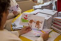 Ankunft des Weihnachtsmann in Himmelpfort.<br /> Weihnachtsengel bearbeiten die ersten Wunschzettel von Kindern als der ganzen Welt, ueber 11.000 Briefe sind bereits eingetroffen.<br /> 14.11.2018, Himmelpfort<br /> Copyright: Christian-Ditsch.de<br /> [Inhaltsveraendernde Manipulation des Fotos nur nach ausdruecklicher Genehmigung des Fotografen. Vereinbarungen ueber Abtretung von Persoenlichkeitsrechten/Model Release der abgebildeten Person/Personen liegen nicht vor. NO MODEL RELEASE! Nur fuer Redaktionelle Zwecke. Don't publish without copyright Christian-Ditsch.de, Veroeffentlichung nur mit Fotografennennung, sowie gegen Honorar, MwSt. und Beleg. Konto: I N G - D i B a, IBAN DE58500105175400192269, BIC INGDDEFFXXX, Kontakt: post@christian-ditsch.de<br /> Bei der Bearbeitung der Dateiinformationen darf die Urheberkennzeichnung in den EXIF- und  IPTC-Daten nicht entfernt werden, diese sind in digitalen Medien nach §95c UrhG rechtlich geschuetzt. Der Urhebervermerk wird gemaess §13 UrhG verlangt.]