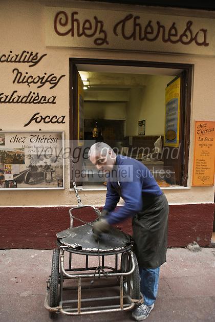 Europe/France/Provence-Alpes-Côte d'Azur/06/Alpes-Maritimes/Nice:Le livreur de Théréza prépare sa remorque pour livrer la  Socca- le couvercle l'empèchera de refroidir.