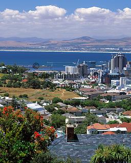 South Africa, Cape Town, view across city skyline | Suedafrika, Kapstadt, Blick von den Auslaeufern des Lion's Head ueber die City-Skyline
