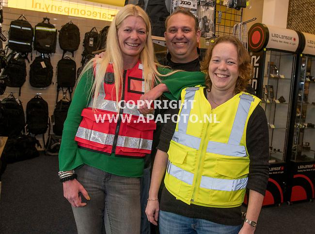 Deventer, 081118 - Foto Ruben Meijerink / APA FOTO<br /> Nieuw ambulance hesjes met Ard Bennink, de verkoper.