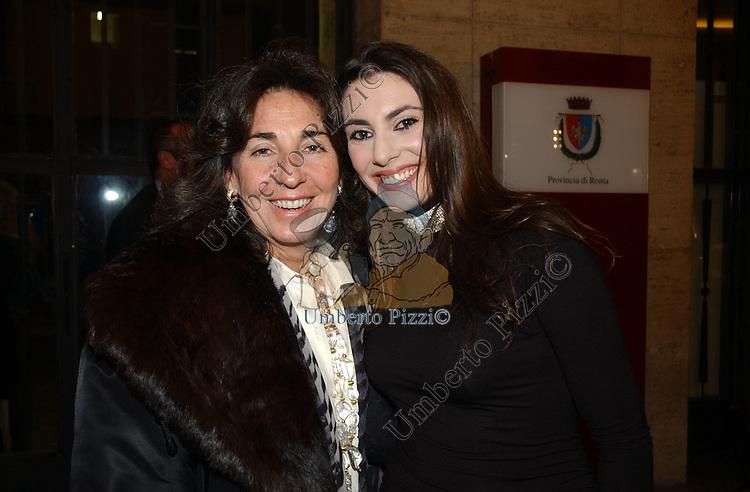 """AMANDA SPOSITO CON ALBERTINA CARRARO<br /> VERNISSAGE """"ROMA 2006 10 ARTISTI DELLA GALLERIA FOTOGRAFIA ITALIANA"""" AUDITORIUM DELLA CONCILIAZIONE ROMA 2006"""