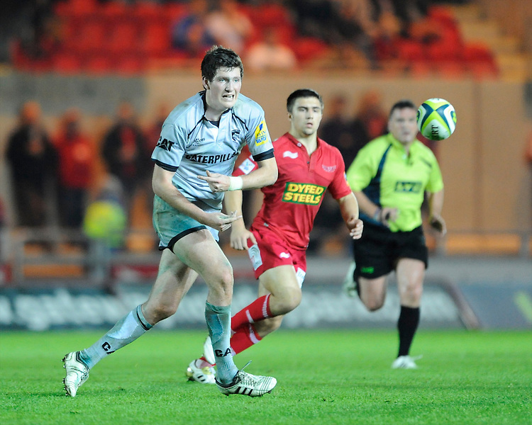 Andy Symons of Leicester Tigers passes during the LV= Cup first round match between Scarlets and Leicester Tigers at Parc y Scarlets (Photo by Rob Munro, Fotosports International)