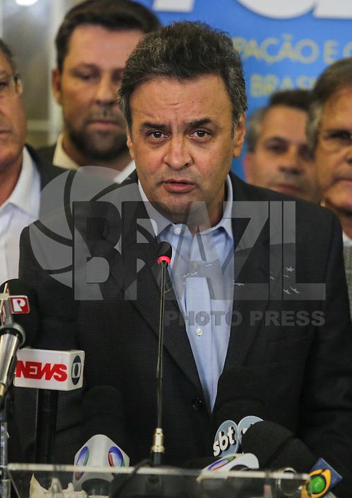 SÃO PAULO, SP, 25 MARÇO 2013 - COLETIVA PSDB CONGRESSO -  O senador Aécio Neves (PSDB-MG) atende jornalistas no do Congresso do PSDB, na capital paulista, nesta segunda-feira, 25. (FOTO: WILLIAM VOLCOV / BRAZIL PHOTO PRESS).