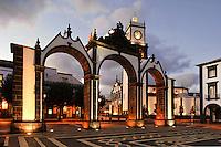 Portas da Cidade und Igreja Matriz  in Ponta Delgada auf der Insel Sao Miguel, Azoren, Portugal