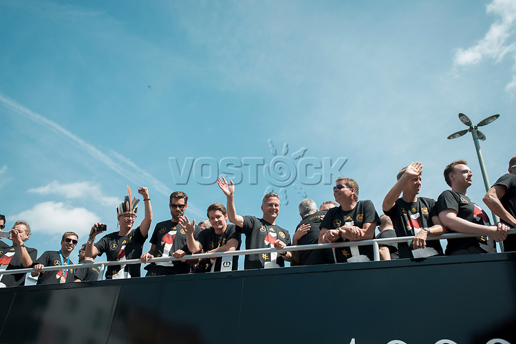 Berlin, 15.07.2014. Die Ankunft der Deutschen Fussballnationalmannschaft in Berlin.<br /> <br /> English: Berlin Welcomes the World champions, German soccer national team wins FiFA World Cup in Brazil, welcome party in Berlin, Germany, June 15, 2014. Arrival of the champions on an open truck