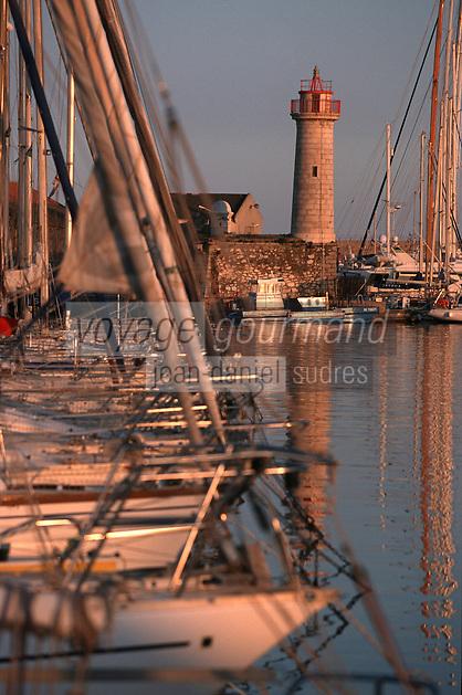 France/06/Alpes Maritimes/ Antibes: le vieux port et son phare [Non destiné à un usage publicitaire - Not intended for an advertising use]