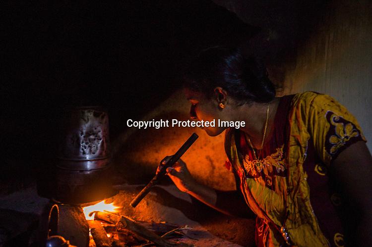 Mathumita cooks dinner at her mother's house in Punaineeravi village in Kilinochchi in Northern Sri Lanka. Photo: Sanjit Das/Panos