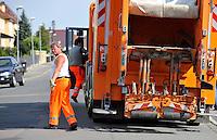 Reportage Journal - Unterwegs mit den Männern von der Abfallentsorgung - im Bild: Feature Müllmänner bei der Arbeit  . Foto: Norman Rembarz..
