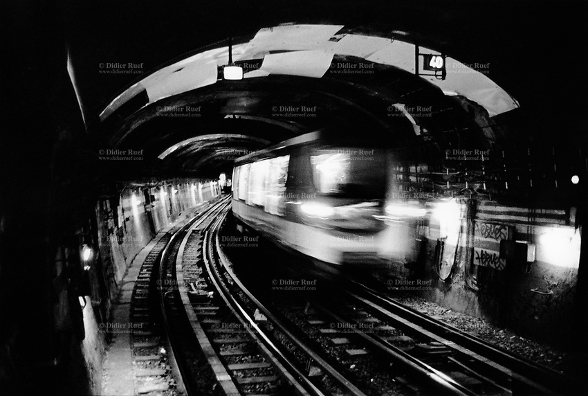 France. Ile-de-france Department. Paris. Motion blur from a moving subway. 20.09.08 © 2008 Didier Ruef