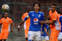 ENVIGADO -COLOMBIA-30-04-2016. Ivan Rojas (Der) jugador de Envigado FC disputa el balón con Rafael Robayo (Izq) jugador de Millonarios durante partido por la fecha 16 de la Liga Águila I 2016 realizado en el Polideportivo Sur de la ciudad de Envigado./ Ivan Rojas (R) player of Envigado FC fights for the ball with Rafael Robayo (L) player of Millonarios during match for the date 16 of the Aguila League I 2016 played at Polideportivo Sur in Envigado city.  Photo: VizzorImage/ León Monsalve /STR