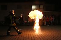 Goddelau 07.09.2016: Landfrauen besichtigen die Goddelauer Feuerwehr<br /> Tim Steinmann bei der Demonstration des Fettbrands für die Landfrauen<br /> Foto: Vollformat/Marc Schüler, Schäfergasse 5, 65428 R'eim, Fon 0151/11654988, Bankverbindung KSKGG BLZ. 50852553 , KTO. 16003352. Alle Honorare zzgl. 7% MwSt.
