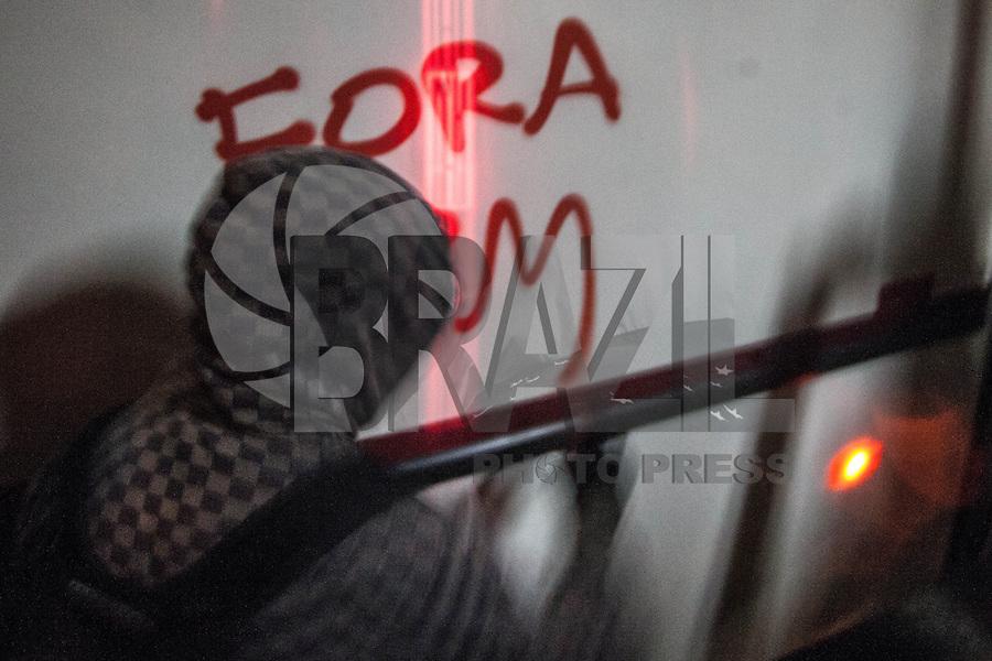 SAO PAULO,SP, 15.08.2013 - PROTESTO / SAO PAULO / REPRESSÃO-  Manifestantes no centro de São Paulo, na noite desta quinta-feira (15), durante protesto contra a repressão policial e pelo direito de liberdade de expressão. Eles também pedem a liberação dos manifestantes presos em outros atos. A manifestação começou na Praça da Sé e segue até a Praça Roosevelt. (Foto: Warley Leite / Brazil Photo Press).