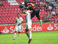 IBAGUE -COLOMBIA, 05-03-2019: Marco Perez del Tolima disputa el balón con Renan Lodi del Paranaense durante partido por la fecha 1, grupo G, de la Copa CONMEBOL Libertadores 2019 entre Deportes Tolima de Colombia y Athletico Paranaense de Brasil jugado en el estadio Manuel Murillo Toro de la ciudad de Ibagué. / Marco Perez of Tolima struggles the ball with Renan Lodi of Paranaense during match for the date 1, grupo G, as part of Copa CONMEBOL Libertadores 2019 between Deportes Tolima and Athletico Paranaense of Brazil played at Manuel Murillo Toro stadium in Ibague. Photo: VizzorImage / Juan Carlos Escobar / Cont