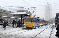 Wintereinbruch in Leipzig - erste geschlossene Schneedecke des Winters 2010 - Neuschnee - im Bild: TRAM Haltestelle Hauptbahnhof Leipzig Fahrgäste Verspätung ÖPNV LVB .Foto: Norman Rembarz .
