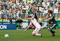 SÃO PAULO,SP, 14 JANEIRO 2011 - AMISTOSO PALMEIRAS X AJAX (HOL)<br /> Bulykin (e) jogador do Ajax durante  partida entre as equipes do Palmeiras X Ajax (hol) realizada no  Estádio Paulo Machado de Carvalho (Pacaembu) na zona oeste de São Paulo, neste Sabado (14). (FOTO: ALE VIANNA - NEWS FREE).
