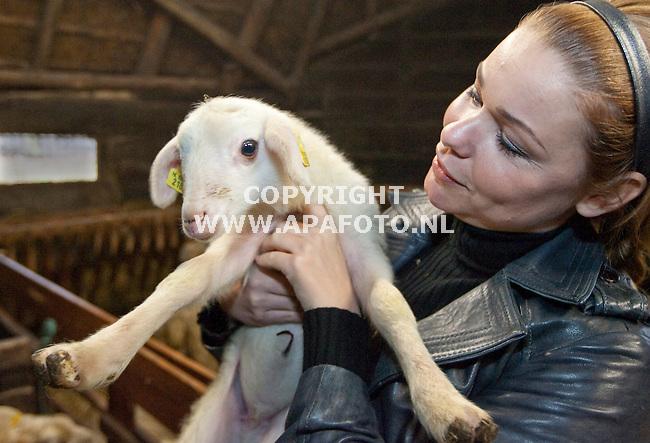 Rheden, 160209<br /> Froukje de Both adopteerde vandaag een lammetje van de Rhedense Schaapskooi. Het beestje krijgt de naam van haar dochter: Emma.<br /> Foto: Sjef Prins - APA Foto