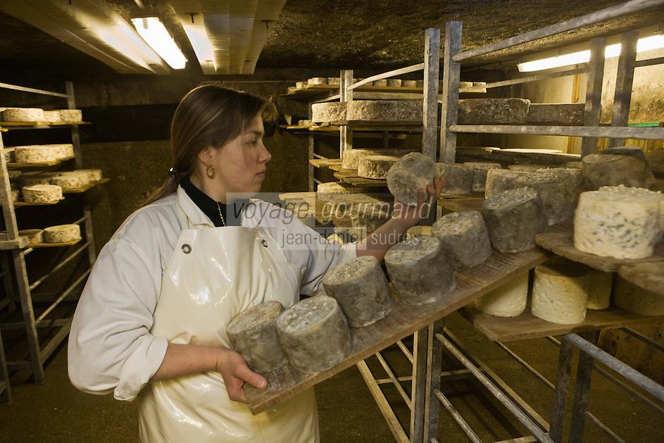 Europe/France/73/Savoie/Val d'Isère: Agnés la fromagère dans la cave d'affinage la Ferme de l'Adroit avec des bleus  de Val d'Isère Auto N°:8013