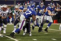 Runningback Brandon Jacobs (Giants) wird gestoppt<br /> New York Giants vs. New England Patriots<br /> *** Local Caption *** Foto ist honorarpflichtig! zzgl. gesetzl. MwSt. Auf Anfrage in hoeherer Qualitaet/Aufloesung. Belegexemplar an: Marc Schueler, Am Ziegelfalltor 4, 64625 Bensheim, Tel. +49 (0) 6251 86 96 134, www.gameday-mediaservices.de. Email: marc.schueler@gameday-mediaservices.de, Bankverbindung: Volksbank Bergstrasse, Kto.: 151297, BLZ: 50960101