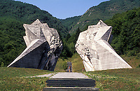 Tjentište (Foča), monumento di commemorazione della battaglia della Sutjeska, combattuta durante la seconda guerra mondiale tra i tedeschi e i partigiani jugoslavi guidati da Tito --- Tjentište (Foča), monument commemorating the Battle of Sutjeska in South West Bosnia between the Yugoslav Partisans led by Tito and the German Occupation forces in World War 2