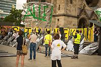"""Protestaktion von """"Stumme Kuenstler"""", VGSD e.V, Aktion """"Ohne Kunst Wird's Still"""" und """"Initiative Kulturschaffender in Deutschland"""" unter dem Motto #ohneunswirdsstill am Donnerstag den 18. Juni 2020 auf dem Berliner Breitscheidplatz.<br /> Trotz urspruenglicher Versprechen der Kulturstaatsministerin Monika Gruetters und der Bundesregierung bekommen freischaffende Kuenstler und Kultureinrichtungen in Deutschland so gut wie keine staatliche Unterstuetzung in der Coronakrise. Viele von ihnen muessen mittlerweile Hartz-4 beziehen. Dagegen protestierten am 18.6. in Berlin Kuenstler und Kulturschaffende.<br /> 18.6.2020, Berlin<br /> Copyright: Christian-Ditsch.de<br /> NUR FUER REDAKTIONELLE ZWECKE! Werbung nur auf Anfrage beim Fotografen. [Inhaltsveraendernde Manipulation des Fotos nur nach ausdruecklicher Genehmigung des Fotografen. Vereinbarungen ueber Abtretung von Persoenlichkeitsrechten/Model Release der abgebildeten Person/Personen liegen nicht vor. NO MODEL RELEASE! Don't publish without copyright Christian-Ditsch.de, Veroeffentlichung nur mit Fotografennennung, sowie gegen Honorar, MwSt. und Beleg. Konto: I N G - D i B a, IBAN DE58500105175400192269, BIC INGDDEFFXXX, Kontakt: post@christian-ditsch.de<br /> Bei der Bearbeitung der Dateiinformationen darf die Urheberkennzeichnung in den EXIF- und  IPTC-Daten nicht entfernt werden, diese sind in digitalen Medien nach §95c UrhG rechtlich geschuetzt. Der Urhebervermerk wird gemaess §13 UrhG verlangt.]"""
