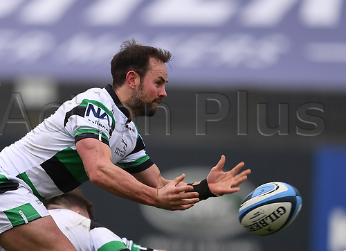21st November 2020; Recreation Ground, Bath, Somerset, England; English Premiership Rugby, Bath versus Newcastle Falcons; Michael Young of Newcastle Falcons passes from the base of a ruck
