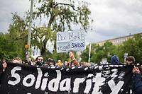 """Trotz Corona-Versammlungseinschraenkung gingen am 1. Mai 2020 in Berlin 3.000 Menschen in Berlin-Kreuzberg auf die Strasse. Sie protestierten u.a. fuer die Aufnahme von Gefluechteten aus den ueberfuellten griechischen Fluechtlingslagern und die Unterstuetzung von Automobilkonzernen wegen der Corona-Krise.<br /> Im Bild: Eine Person haelt ein Schild mit der Aufschrift """"Der Markt regelt Scheisse"""".<br /> 1.5.2020, Berlin<br /> Copyright: Christian-Ditsch.de<br /> [NUR FUER REDAKTIONELLE ZWECKE! Werbung nur auf Anfrage beim Fotografen. Inhaltsveraendernde Manipulation des Fotos nur nach ausdruecklicher Genehmigung des Fotografen. Vereinbarungen ueber Abtretung von Persoenlichkeitsrechten/Model Release der abgebildeten Person/Personen liegen nicht vor. NO MODEL RELEASE! Don't publish without copyright Christian-Ditsch.de, Veroeffentlichung nur mit Fotografennennung, sowie gegen Honorar, MwSt. und Beleg. Konto: I N G - D i B a, IBAN DE58500105175400192269, BIC INGDDEFFXXX, Kontakt: post@christian-ditsch.de<br /> Bei der Bearbeitung der Dateiinformationen darf die Urheberkennzeichnung in den EXIF- und  IPTC-Daten nicht entfernt werden, diese sind in digitalen Medien nach §95c UrhG rechtlich geschuetzt. Der Urhebervermerk wird gemaess §13 UrhG verlangt.]"""