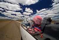 Startbereitt: AFRIKA, SUEDAFRIKA, 17.12.2007: Suedafrika,  Gariep, Gariepdam, Flugzeug, Segelflugzeug, fliegen, Karoo, Wueste, Cockpit, Mann, Aussenansicht, Haube, Duo Diskus, Doppelsitzer,  Instrumente, Startbahn, Startbereit, Piste, Seil stramm, schleppen, ziehen, kurz vor dem Abheben, anrollen, Wolken, Cumulus, Aufwind-Luftbilder