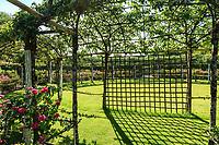 """Les jardins du prieuré d'Orsan : """"le Clos des Trois Vergers"""", le premier des trois est un espace clos et rond planté en bordure de rosiersgalliques """"Rose des Mages"""" et des poiriers 'Curé, 'William Bon Chrétien', 'Duchesse d'Angoulème', 'André Desportes'<br /> <br /> Mention obligatoire du nom du jardin et pas d'usage publicitaire sans autorisation préalable."""