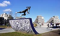 Op het Zeeburgereiland in Oost is het grootste betonnen skatepark van Nederland geopend. Het idee voor een skatepark op deze plek kwam van Stan Postmus van Skatemates. In 2015 kreeg het voorstel groen licht voor ontwikkeling van het gemeentebestuur. Het Deense bureau Glifberg Lykke heeft de baan ontworpen. Voor de aankleding van de baan ontwierpen Arno Coenen en Iris Roskam een speciaal tegeltableau. Foto mag niet in negatieve context worden gepubliceerd.