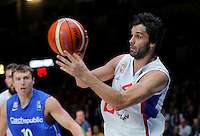 Serbia's Milos Teodosic controls the ball during European championship quarter-final basketball match between Serbia and Czech Republic on September 16, 2015 in Lille, France  (credit image & photo: Pedja Milosavljevic / STARSPORT)