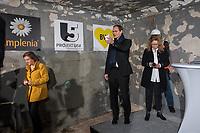 """Tunneldurchbruch am U-Bahnhof Brandenburger Tor<br /> Mit dem Projekt """"Lueckenschluss U5"""" wurde am Mittwoch den 22. Maerz 2017 in Berlin die Linie der U5 mit der Linie U55 verbunden.<br /> Im Beisein vom Regierenden Buergermeister Michael Mueller und der Vorstandsvorsitzenden den Berliner Verkehrsbetriebe (BVG) Sigrid Evelyn Nikutta wurde der ca. 1,7 Kilometer lange Tunnel am U-Bahnhof Brandenburger Tor durchbrochen.<br /> Im Bild vlnr.: Die BVG-Vorstandsvorsitzende Sigrid Evely Nikutta und Buergermeister Michael Mueller.<br /> 22.3.2017, Berlin<br /> Copyright: Christian-Ditsch.de<br /> [Inhaltsveraendernde Manipulation des Fotos nur nach ausdruecklicher Genehmigung des Fotografen. Vereinbarungen ueber Abtretung von Persoenlichkeitsrechten/Model Release der abgebildeten Person/Personen liegen nicht vor. NO MODEL RELEASE! Nur fuer Redaktionelle Zwecke. Don't publish without copyright Christian-Ditsch.de, Veroeffentlichung nur mit Fotografennennung, sowie gegen Honorar, MwSt. und Beleg. Konto: I N G - D i B a, IBAN DE58500105175400192269, BIC INGDDEFFXXX, Kontakt: post@christian-ditsch.de<br /> Bei der Bearbeitung der Dateiinformationen darf die Urheberkennzeichnung in den EXIF- und  IPTC-Daten nicht entfernt werden, diese sind in digitalen Medien nach §95c UrhG rechtlich geschuetzt. Der Urhebervermerk wird gemaess §13 UrhG verlangt.]"""
