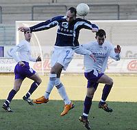 SWI Harelbeke - BS Poperinge ..Julien Weynants (links) wint het kopduel van Frank Van Kouteren (rechts)..foto VDB / BART VANDENBROUCKE