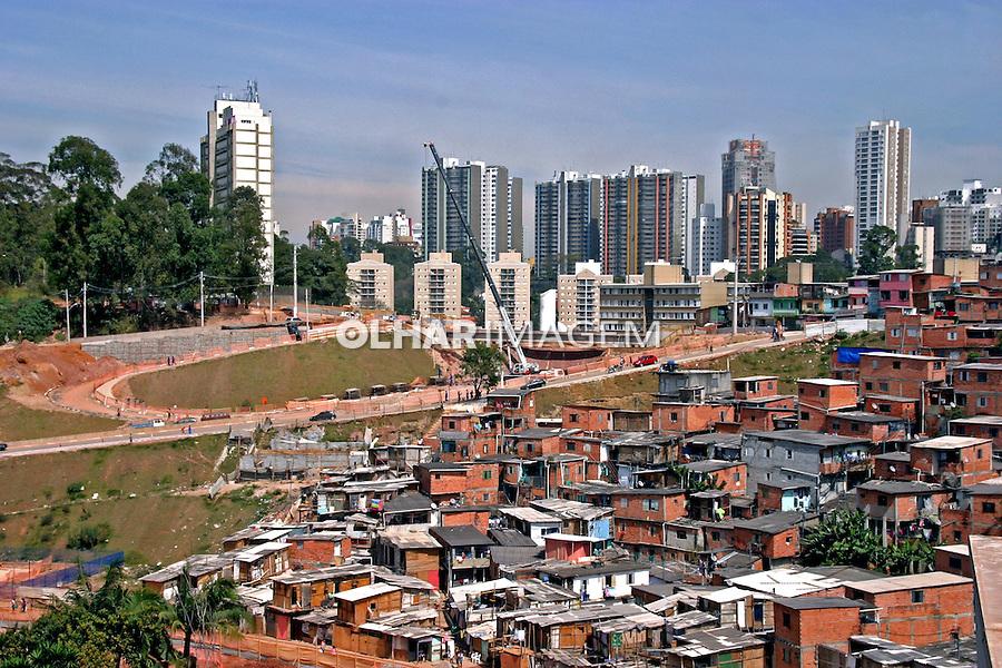 Predios de apartamentos e favela Paraisopolis em Sao Paulo. 2013. Foto de Lineu Kohatsu.