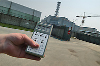 - 20 years from the nuclear incident of Chernobyl, radioactivity control in front of the reactor numbers 4, place of the catastrophe....- 20 anni dall'incidente nucleare di Chernobyl, controllo della radioattività davanti al reattore numero 4, luogo della catastrofe