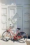 Italien, Piemont, Cherasco: Fahrrad an Tuer gelehnt | Italy, Piedmont, Cherasco: bicycle leaning against door